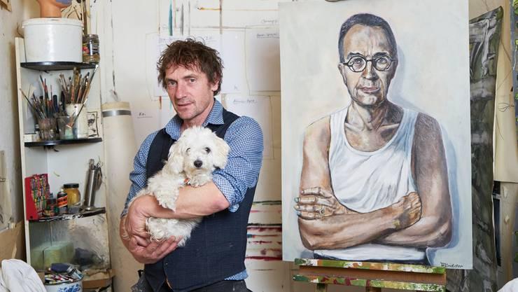 Adam Tellmeister mit Hündin Emsi und dem Porträt von Tim Guldimann in seinem Atelier in Berlin.Gregor Zielke