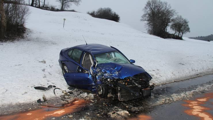 In einer Kurve in Sarmenstorf kollidierten zwei Autos miteinander. Der eine Fahrer hatte versucht, das Auto vor ihm zu überholen.