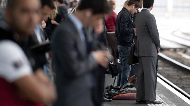 Pendler warten auf einen Zug (Symbolbild)