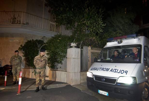 Beamte vor dem Wohnsitz des verstorbenen Priebke in Rom.