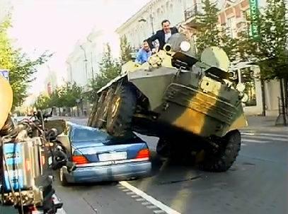 Arturas Zuokas, Bürgermeister der litauischen Hauptstadt Vilnius, fährt illegal parkierte Autos mit Panzer zu Schrott
