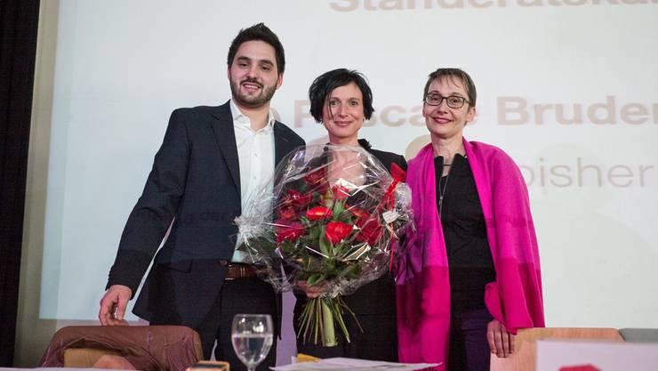 Die wieder nominierte SP-Ständerätin Pascale Bruderer Wyss (Mitte) mit den Co-Parteipräsidenten Elisabeth Burgener und Cédric Wermuth. Roland Schmid