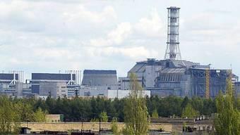 Der Unfallreaktor und verlassene Häuser in Tschernobyl