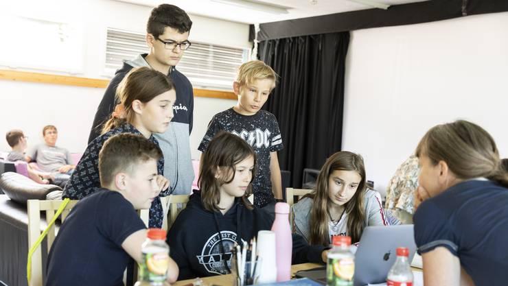 Die Jugendlichen im Alter zwischen 11 und 16 Jahren schreiben die Texte und das Drehbuch selber.