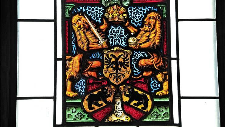 Nach der Errichtung der Kirchgemeinde Gontenschwil-Zetzwil (1619) musste die zu kleine alte Kirche 1622 dem heutigen Bau weichen. Von 1622 stammen auch die acht Glasscheiben von Hans Ulrich I. Fisch. Im Bild jene der Berner Obrigkeit: zwei löwenartige Bären mit Reichsapfel und Schwert, dazu Reichsadler und Berner Wappenschilde.
