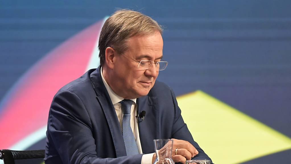 Armin Laschet (CDU), Kanzlerkandidat der Union, sitzt in einem Studio des ZDF bei der «Berliner Runde». Ungeachtet der schweren Unions-Niederlage bei der deutschen Bundestagswahl will Laschet CDU-Parteichef bleiben. Hinsichtlich des Vorsitzes der Bundestagsfraktion legte er sich aber nicht fest.
