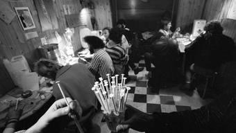 Drogenabhängige im Sprützehüsli in Basel, aufgenommen im Dezember 1990.
