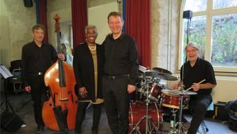 Die Musiker in der «Pfarrschüür» (v. l.): Samuel Kühni, Bass; Bernita Bush, Gesang; Jürg Rickli, Keyboard; Thomas Fahrer, Schlagzeug.