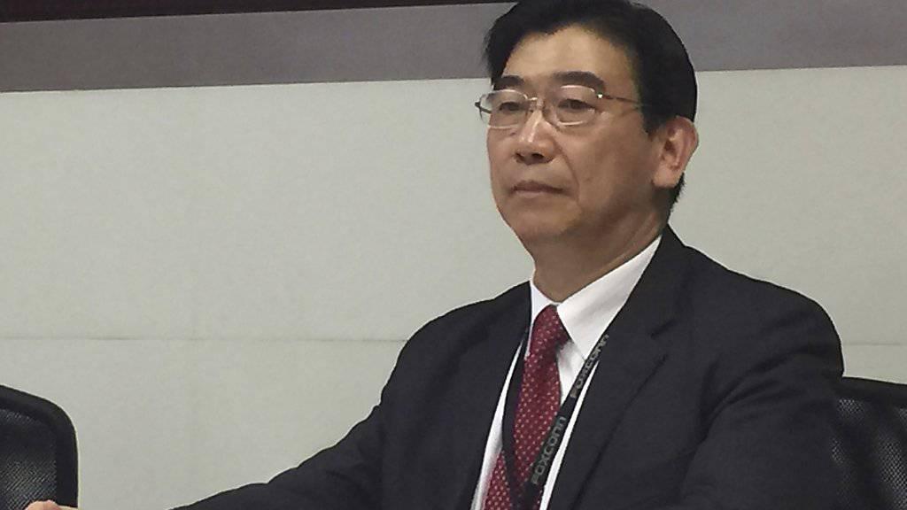 Foxconn-Sprecher Simon Hsing verkündet an einer Medienkonferenz in Taipeh die Übernahme des japanischen Elektronikkonzerns Sharp.