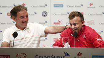 Gut gelaunt: Xherdan Shaqiri und Assistenz-Coach Michel Pont.