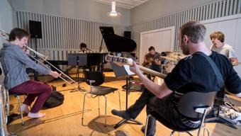 Die Basler Band rund um Singer/Songwriterin Nives Onori (am Klavier) probt in den Räumen der Jazzschule. Im alten Gebäude entstehen Atelier-, Büro-, Probe- und Produktionsräume für junge Kulturschaffende.