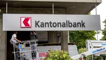 Wie hier in Reinach ersetzte die BLKB kürzlich ihr altes Emblem – das neue Logo gefällt nicht allen.