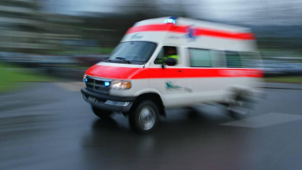 Der verletzte Mann wurde mit der Ambulanz ins Spital gebracht. (Symbolbild)
