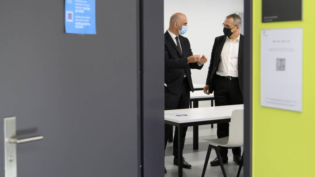 Bundesrat Alain Berset auf Besuch in seinem Heimatkanton – hier im Gespräch mit dem Freiburger Regierungspräsidenten Jean-François Steiert.