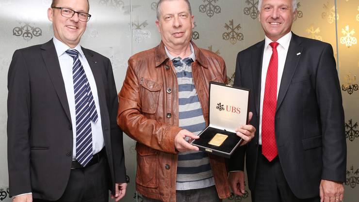 Gewinner Alfred Mischler, flankiert von Thomas Sommerhalder (UBS-Regionaldirektor Aargau/Solothurn, l.) und Walter Bänninger (Leiter UBS Solothurn) in der hiesigen Geschäftsstelle.