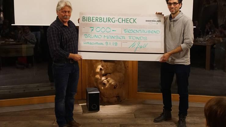 """Biberburg Hirschthal: Im Anschluss an den Film """"The Borneo Case - Bruno Manser lebt weiter"""" übergibt Urs Gsell im Namen des Biberburg Teams einen namhaften Check an den Bruno Manser Fonds."""