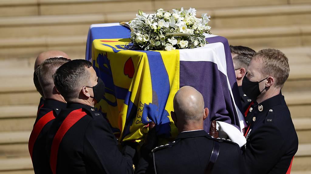 Der Sarg wird an der St.-Georgs-Kapelle auf Schloss Windsor für die Beerdigung des britischen Prinzen Philip die Stufen hinauf getragen. Foto: Kirsty Wigglesworth/Pool AP/dpa