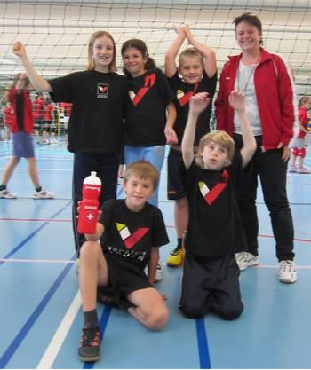 Die jubelnden SpielerInnen Anouk, Jasmin, Cedric, Luca und Florian mit Trainerin Andi
