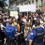 Die Polizei versuchte in Bern, die Demonstration vom Bundesplatz fernzuhalten.