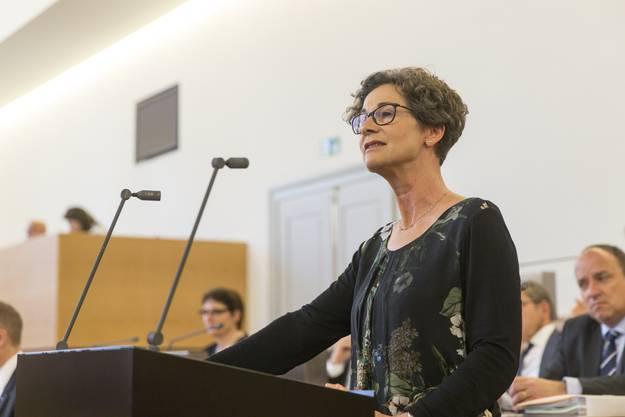 Sabina Freiermuth verliest die Fraktionserklärung an der Grossratssitzung.
