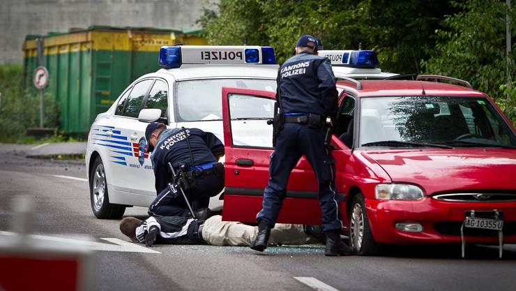 Übungseinsatz der Kantonspolizei, im Bild bei der Übung «Gangsterstopp». Die Bevölkerung schätzt die sichtbare Präsenz der Polizei, sie erhöht ihr Sicherheitsgefühl.