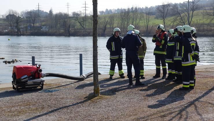 Im Lehrgespräch beim Trainieren des Wasserbezugs ab offenem Gewässer - der Aare