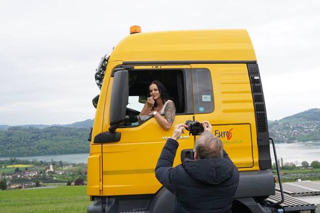 Fotograf Markus Ernst lichtet Fiona Zurlinden für den Kalender ab.
