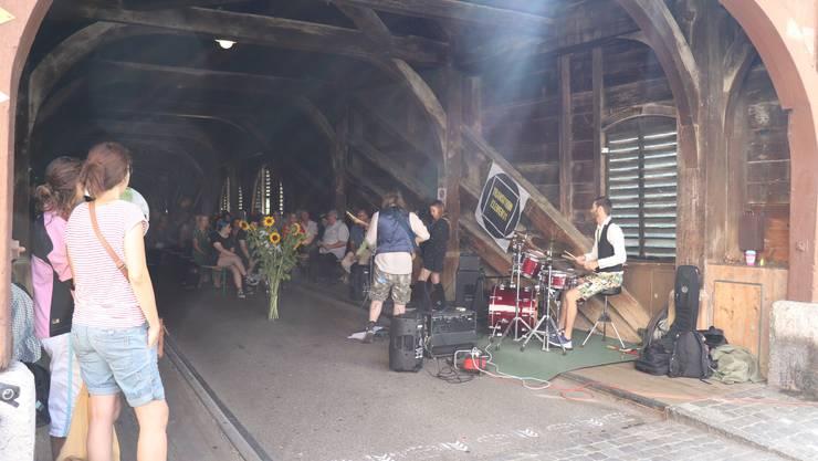 Am Samstag wurde die erste Notschlafstelle im Kanton Aargau feierlich eröffnet. Dafür wurde in der Holzbrücke gestuhlt und zwischen den diversen Ansprachen spielte die Band Transition Elements.