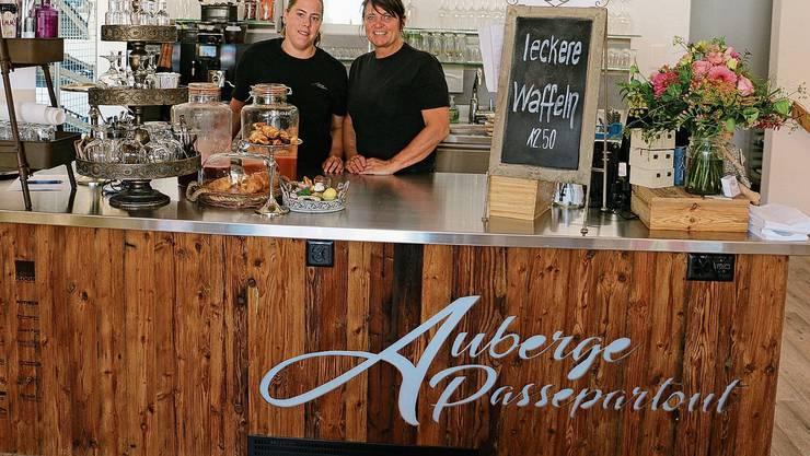 Mely Obergfell (l.) und Edith Christen, Besitzerin, stemmen in der «Auberge Passepartout» die Küche zu zweit.