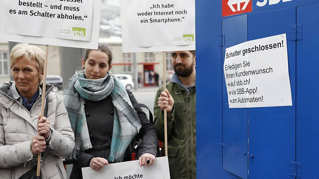 Am Mittwoch ist der SBB eine Petition des VCS gegen die Schliessung aller Drittverkaufsstellen übergeben worden.