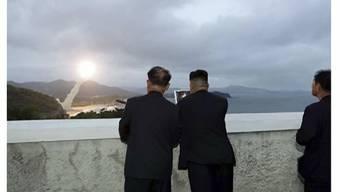Dieser Videostill von Nordkoreas Staatsfernsehen KRT soll Machthaber Kim zeigen, wie er den Raketenstart beobachtet.