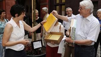 ÜBERGABE: Staatsschreiberin Barbara Schüpbach (l.) nimmt die Petition aus den Händen von Ulla Gasser und Klaus Wagner, beide im Vorstand des Fördervereins CasaVita, entgegen. (Bild: Kenneth Nars)