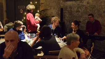 Nach dem grossen Ansturm auf die Gerstensuppe kann Jürg Trachsel (Bildmitte) jeweils auch ein paar ruhige Minuten mit den Salzhaus-Gästen verbringen.