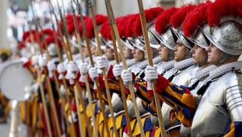 Die Päpstliche Schweizergarde reagiert auf die Ausbreitung des Coronavirus und verschiebt ihre diesjährige Vereidigung auf den Herbst. (Archivbild)