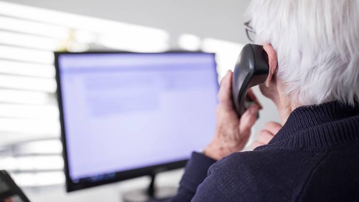Eine Mitarbeiterin der Dargebotenen Hand am Telefon. (Symbolbild)