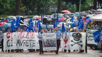 In Locarno haben rund 1000 Personen am Samstag gegen die Entlassung von 34 Schweizer Mitarbeitenden der Schifffahrtsgesellschaft NLM (Navigazione Lago Maggiore) demonstriert. Seit letztem Sonntag streiken die Mitarbeiter.