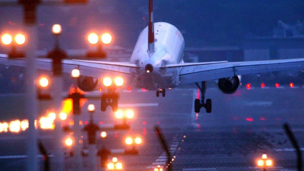 Höhere Abgaben für verspätete Nachtflüge: Damit will der Flughafen Genf die Lärmbelastung begrenzen. (Symbolbild)