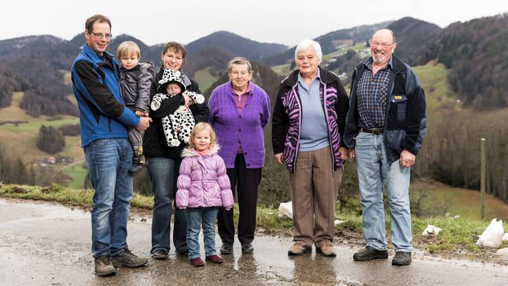 Familie Béguelin aus dem Kanton Solothurn:Roger (35) mit Remy (2), Lucie (31) mit Yann (7 Wochen), Clara (3), Marie (89), Dora (65) und René (64). Severin Bigler