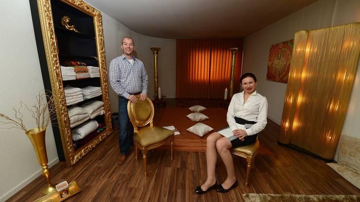 Im goldenen Massageraum von Tobias Biland und Veronika Andritchenko: Auf der Matratze mit den drei Kissen liegen nach einem Vorgespräch jeweils die Kunden hin.