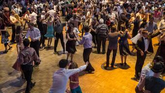 Tanzfreudige von nah und fern trafen sich am Sommernachtsball im Zürcher Hauptbahnhof. (Archiv)