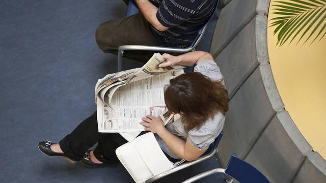 Arbeitslose Personen warten in einem Regionalen Arbeitsvermittlungszentrum RAV auf ihren Termin (Archiv)