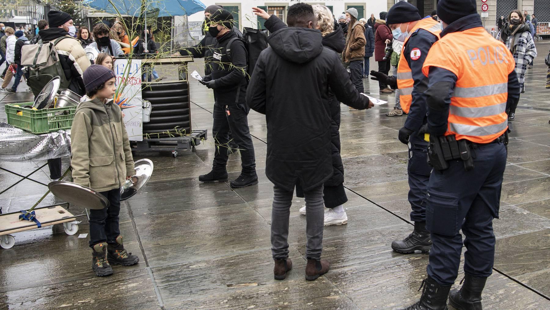 Protest gegen die Sperrstunde: Demonstranten auf dem Bundesplatz in Bern.