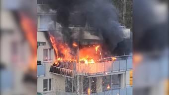 Auf dem Balkon eines Mehrfamilienhauses in Brugg-Lauffohr brach am Samstag ein Feuer aus. Gemäss ersten Erkenntnissen der Kantonspolizei dürfte dieses im Zusammenhang mit einem Gasgrill entstanden sein.