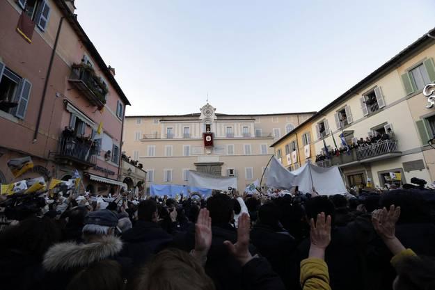 Zahlreiche Gläubige jubeln dem scheidenden Pontifex zu