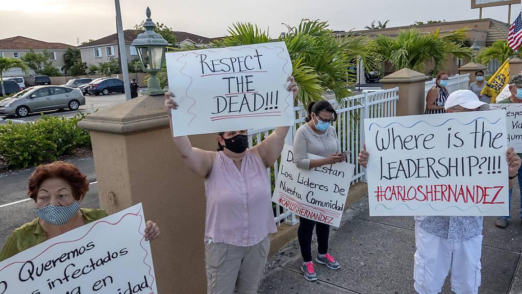 In den USA sind inzwischen mehr als 150'000 Menschen nach einer Infektion mit dem Coronavirus gestorben. Protestierende Einwohnerinnen in Florida.
