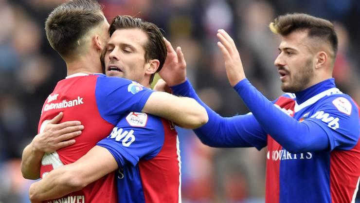 Ricky van Wolfswinkel (l.) und Valentin Stocker (M.) umarmen sich. Auch Albian Ajeti freut sich über das 1:0.