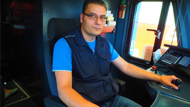Alles im Griff: Agim Zendeli im Führerstand eines doppelstöckigen Triebzugs RABe 511, auch «Kiss»genannt. Zug 2075 bringt die Passagiere von Basel nach Zürich Flughafen – pünktlich. Thomas Wehrli