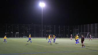 Das Schlieremer Fussballteam spielt abends bald unter besseren Lichtbedingungen.
