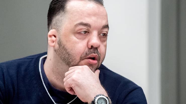 ARCHIV - Der wegen Mordes angeklagte ehemalige Krankenpfleger Niels Högel sitzt im Gerichtssaal. Foto: Hauke-Christian Dittrich/dpa