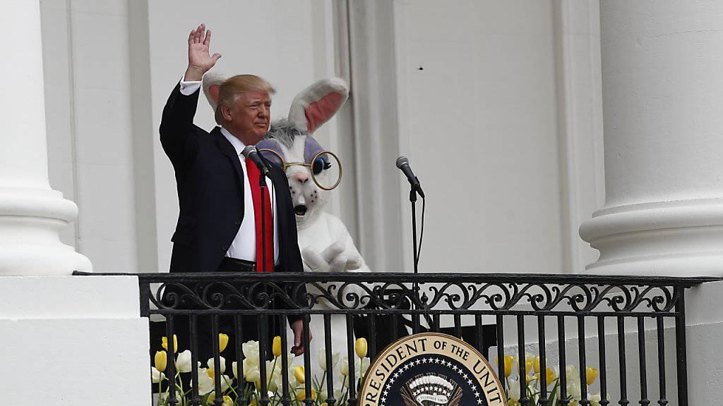 US-Präsident Donald Trump, begleitet vom Osterhasen, begrüsst vom Balkon des Weissen Hauses aus die Besucher zum traditionellen Ostereierrollen im Garten des Präsidentensitzes in Washington.